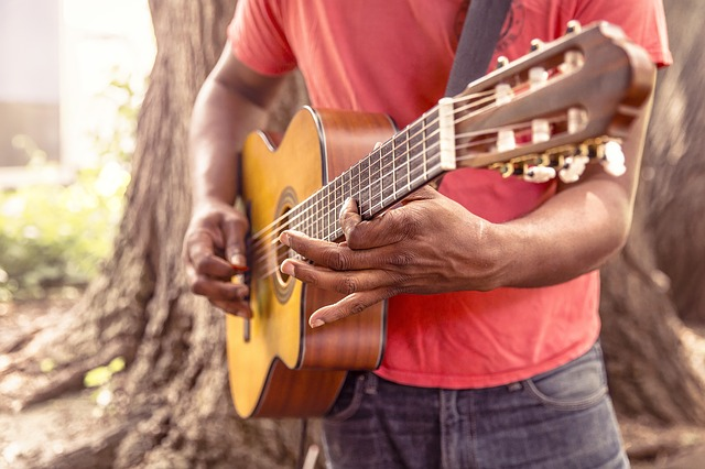 נגינה בגיטרה